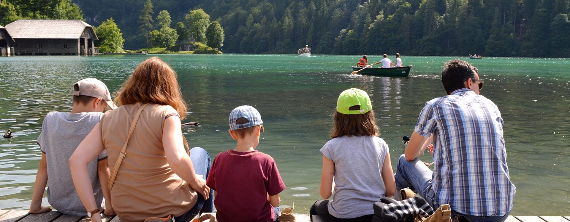famille assise au bord de l'eau